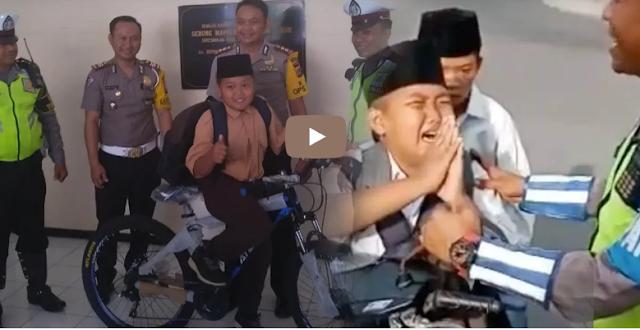 Bocah yang Menangis saat Ditilang Polisi Mendapatkan Hadiah, Netizen Malah Bilang Begini!