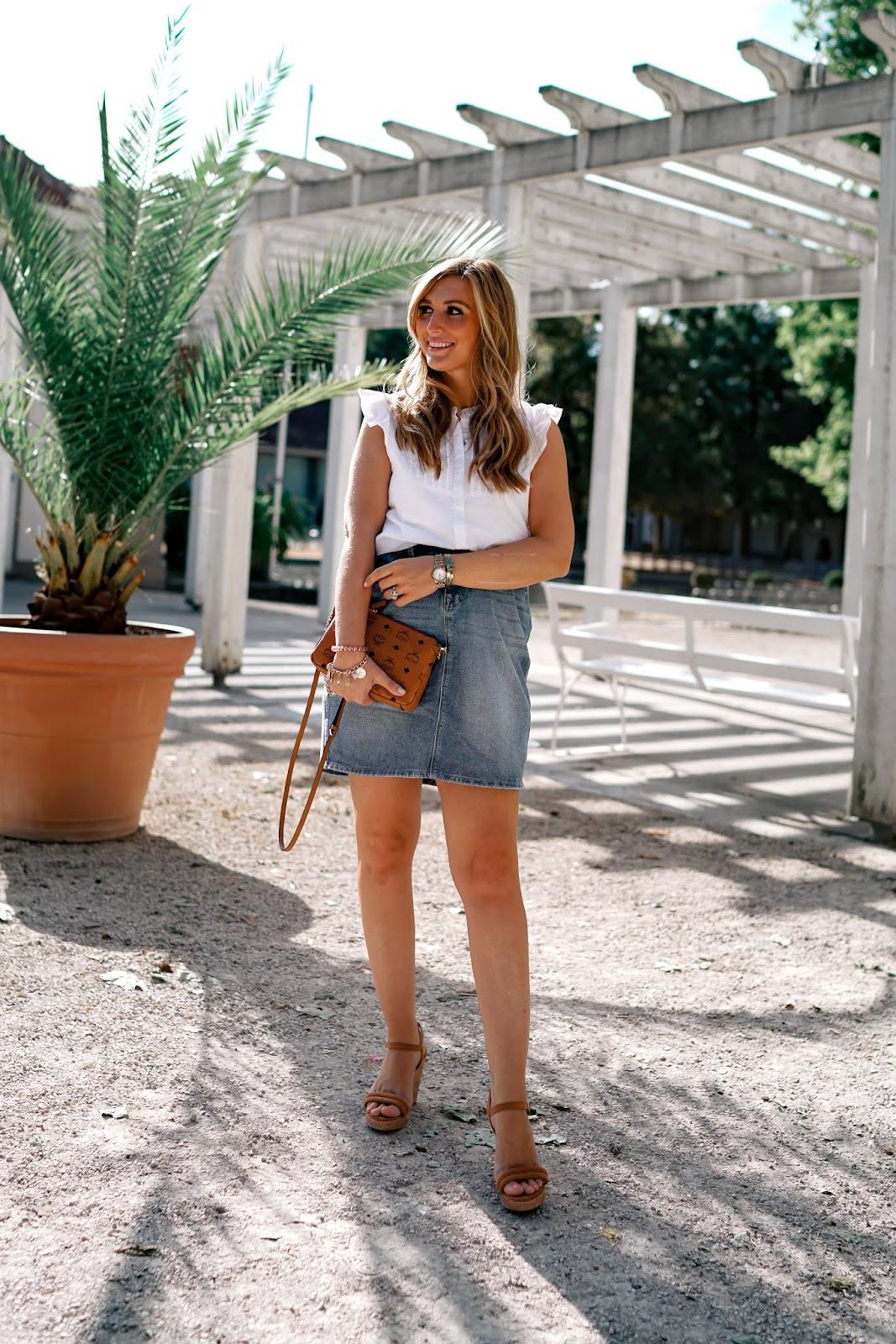 Jeansrock-kombinieren-must-have-im-sommer-ist-ein-jeansrock-und-wedges-braune-tasche-mcm-tasche