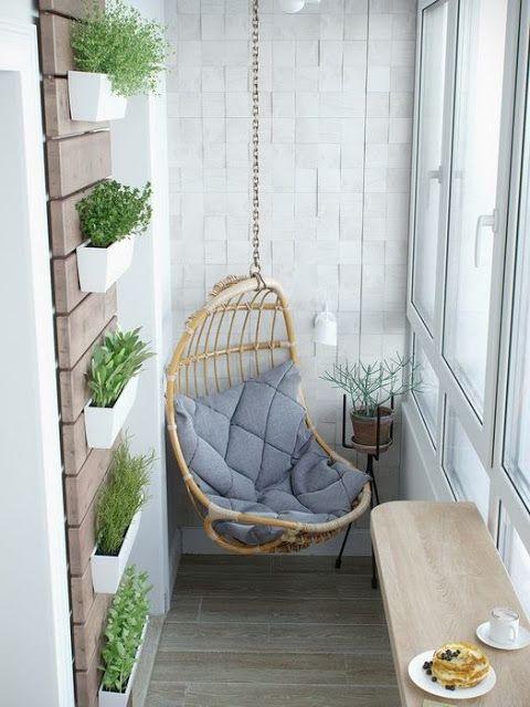стильный небольшой балкон с подвесным креслом