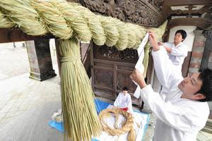 尾山神社しめ縄張り替え