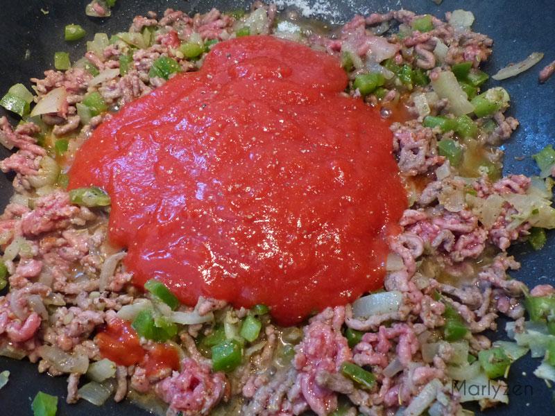 Ajoutez le coulis de tomates, le sucre, salez et poivrez.