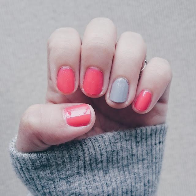 ピンクとグレーのシンプルネイル。