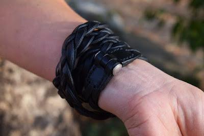 Dettaglio chiusura in acciaio inox ipoallergenico del bracciale in cuoio intrecciato