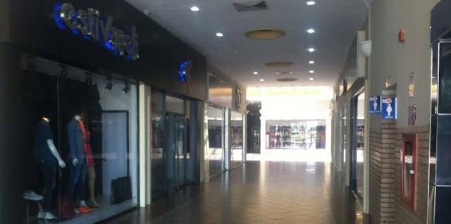Policía amenazan a dueños con forzar las puertas de las tiendas que cierren