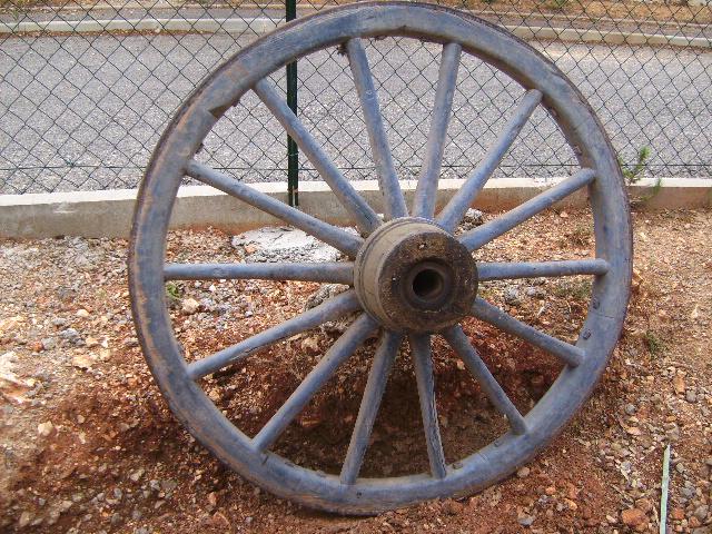 Grande roue de charette ancien art populaire provence - Roue de charette decoration ...