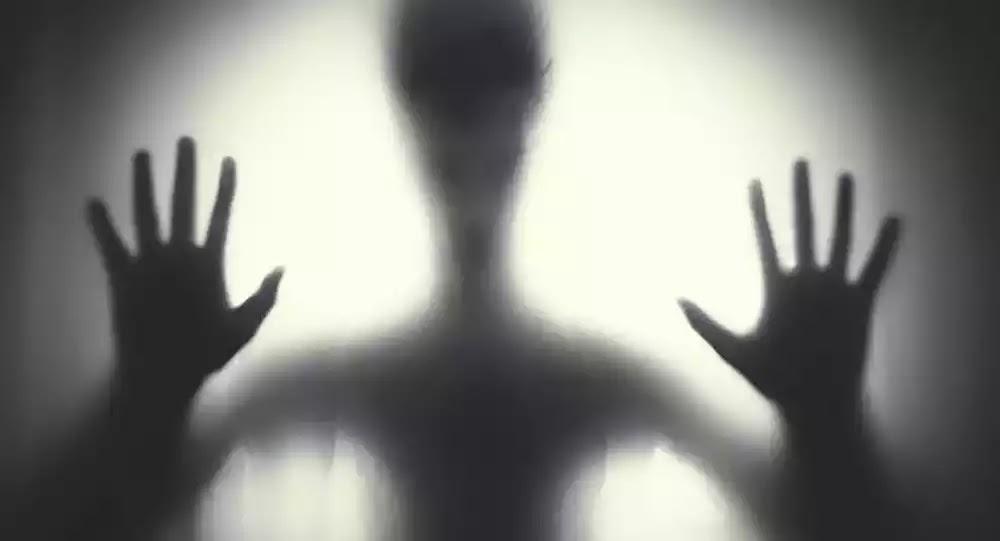 «Εξωγήινος απαγωγέας» πιάστηκε σε βίντεο ασφαλείας: Σβήνουν τη μνήμη στα θύματα