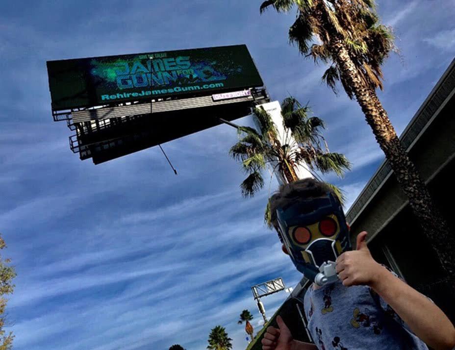 Rehire James Gunn Billboard :「ガーディアンズ・オブ・ザ・ギャラクシー Vol.3」からジェームズ・ガン監督を解雇したディズニーに抗議するファンの怒りの巨大ビルボードが完成 ! !