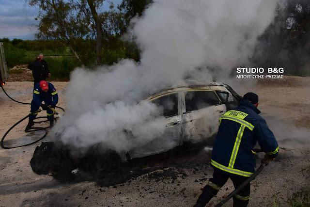 Πυρκαγιά σε αυτοκίνητο στην Αργολίδα που πιθανόν να εμπλέκεται σε ληστεία (βίντεο)