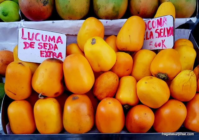 Lúcuma, fruta típica do Peru no Mercado de Surquillo, em Lima