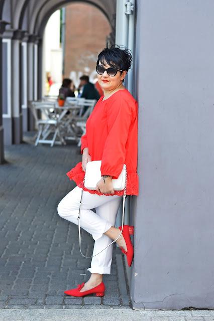 stylizacja blogerki, biel i czerwień