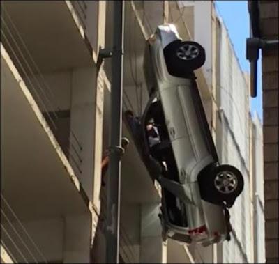 Σοκ - Κρεμόταν στον αέρα μαζί με το αυτοκίνητό του