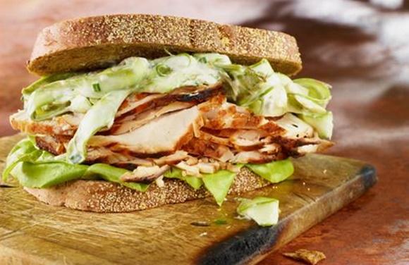 Dinde En Sandwich Chaud Salade D'Asperges Crémeuse