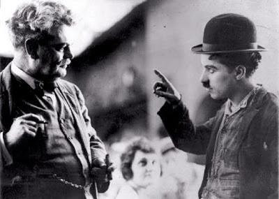 """Чарли Чаплин и Грэнвилл Редмонд на съемках фильма """"Собачья жизнь"""" (1918)"""
