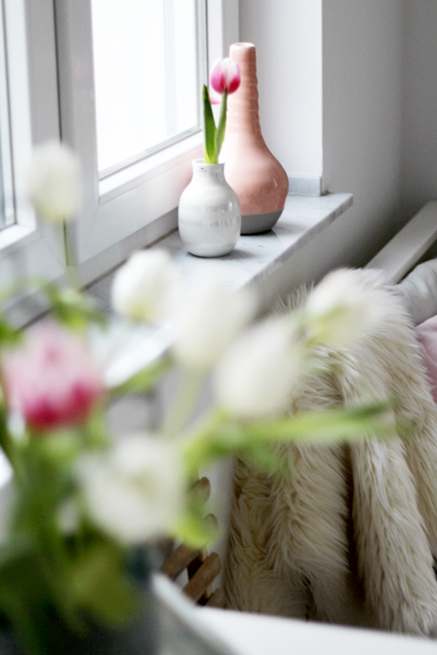 Mit leichten Pastellfarben zieht der Frühling in die Küche ein! Küchenumstyling mit neuen Gelenk-Lampen! Detailblick auf zwei Vasen in Weiß und Rosa