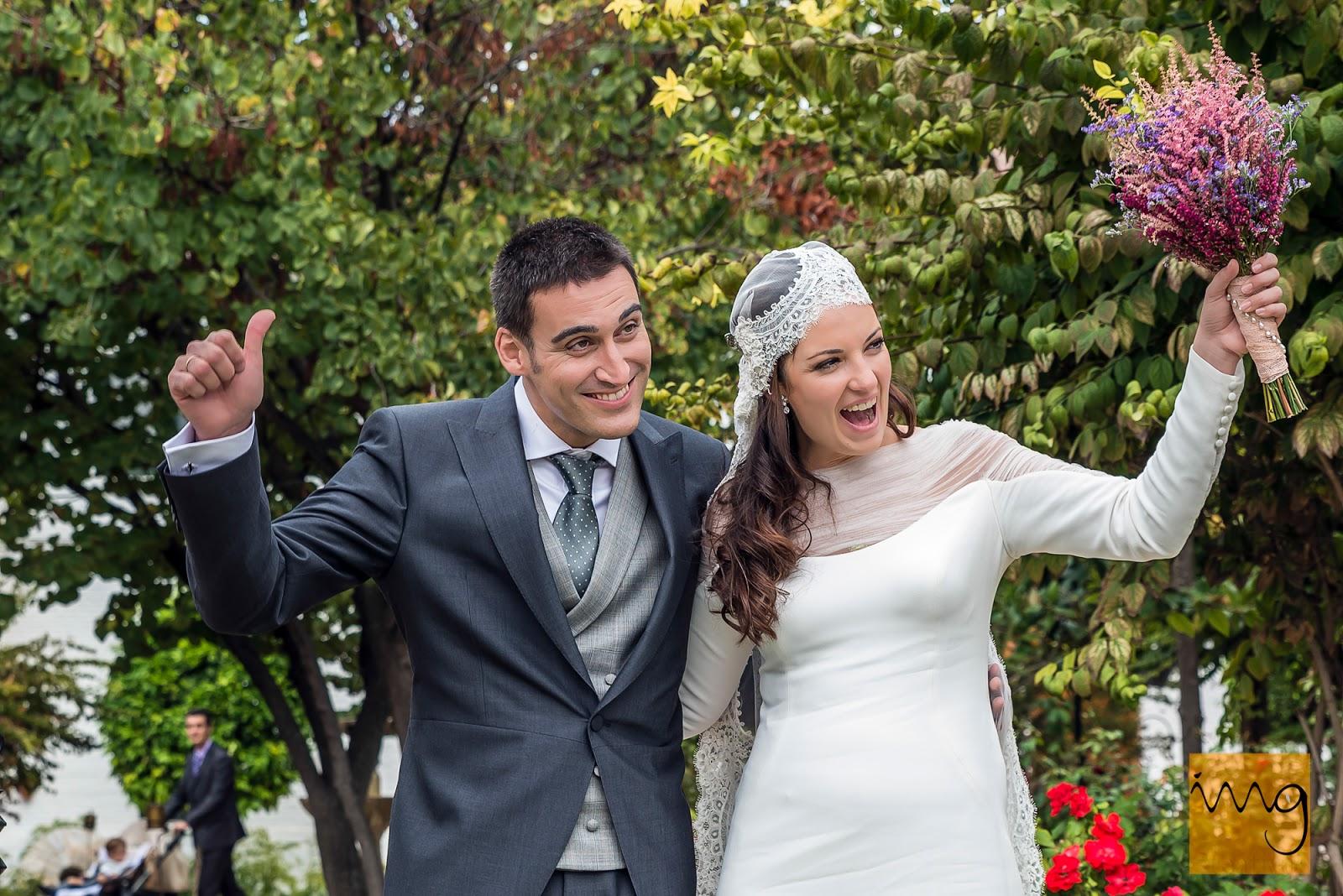 Fotografía de boda en Granada, los novios llegan a la copa de bienvenida en el Caballo Blanco