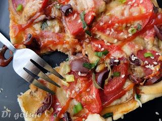 Szybka pizza na cieście francuskim (ser, pieczarki, salami, wędzona mozzarella, oliwki, sezam)