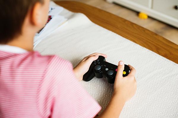 الأضرار والفوائد الصحية للألعاب الإلكترونية على الأطفال