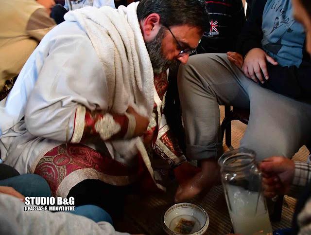 Ιερέας στο Ναύπλιο έπλυνε τα πόδια μικρών παιδιών σε ανάμνηση του Μυστικού Δείπνου