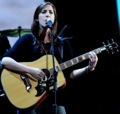 Foto de Mariana Vega cantando en concierto