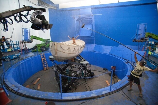 60 Iconic Behind-The-Scenes Pictures Of Actors That Underline The Difference Between Movies And Reality - The actual ocean set of Life of Pi