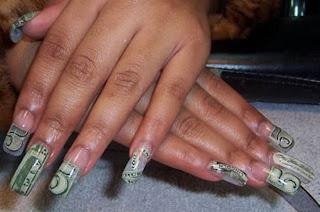 Diseño de uñas con billetes de dolar