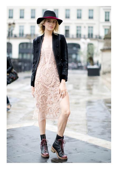 Светлое кружевное платье с кожаным жакетом