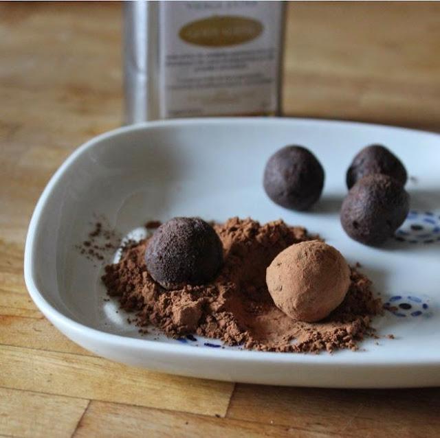 https://cuillereetsaladier.blogspot.com/2015/01/truffes-au-chocolat-et-lhuile-dolive.html
