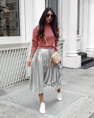 outfit juvenil para la universidad con falda larga plateada