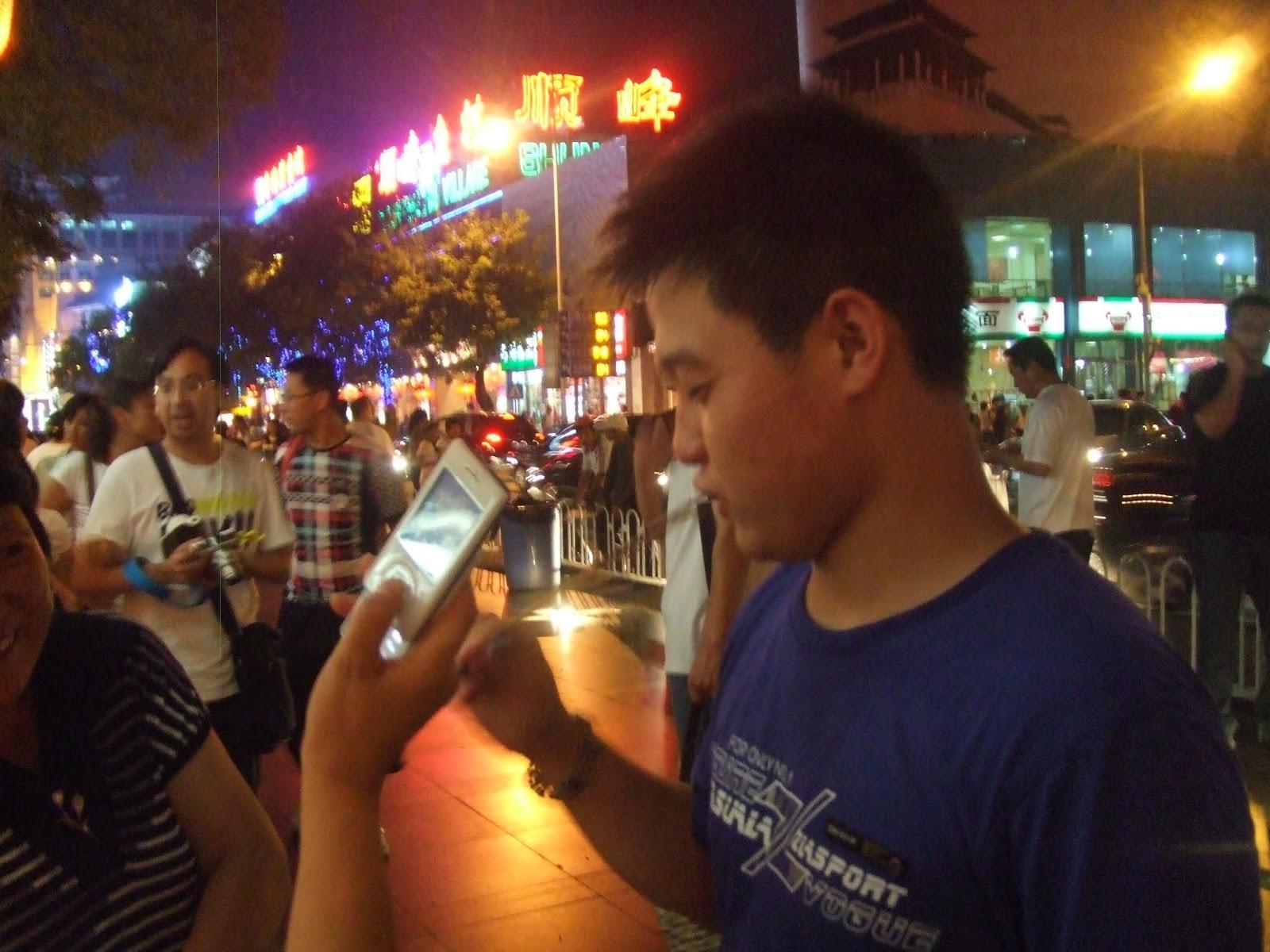 Chinese mit Skorpion im Mund