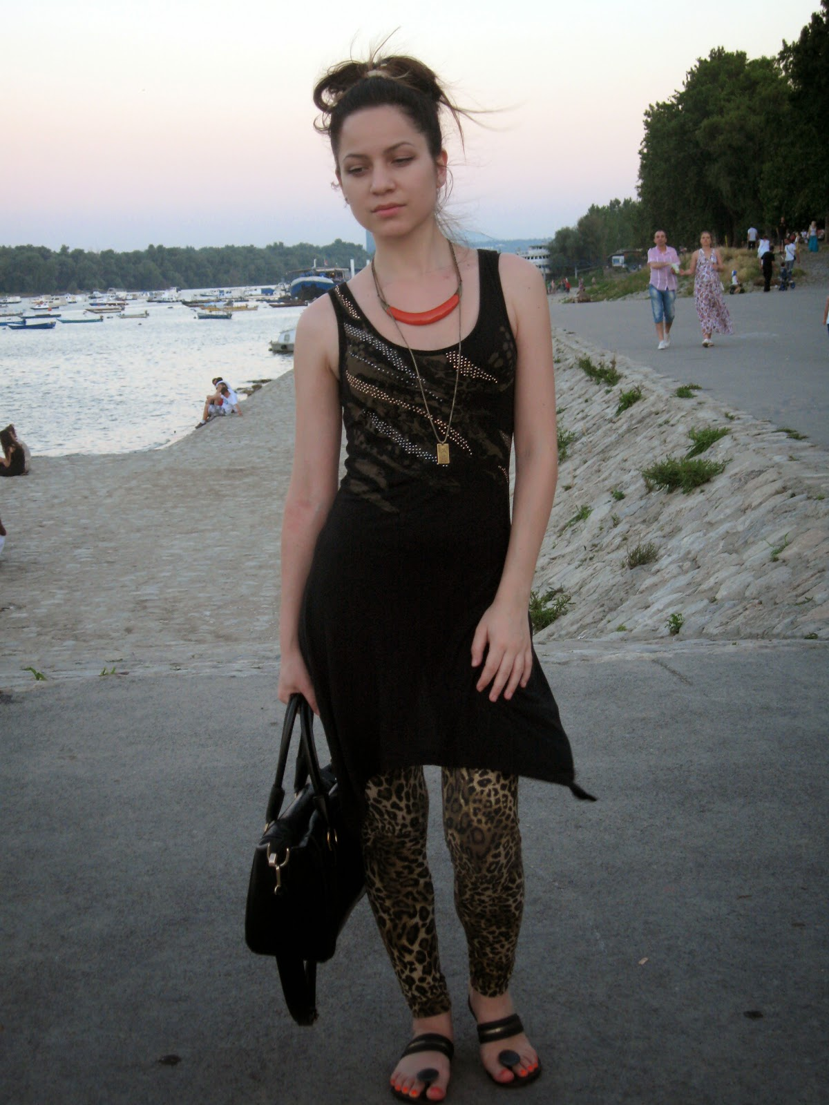 black flip flops, black vero moda printed tunic, leopard print leggings, messy bun, black tote bag, six orange necklace, casual look