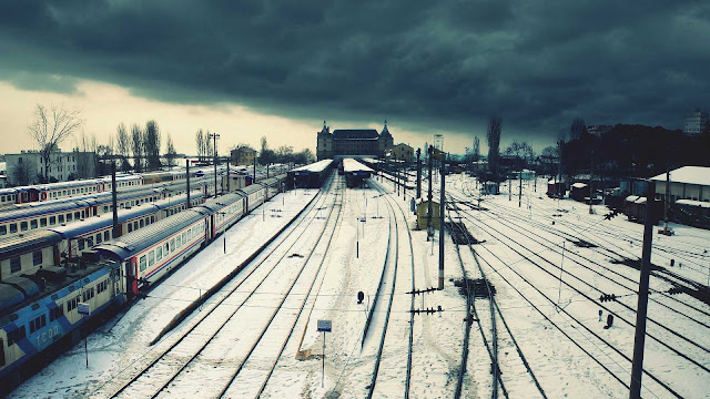 Rails bedekt met een laag sneeuw