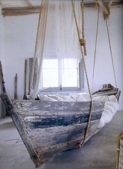 Ukuran perahu kayu ini sudah pas jadi tempat tidur.