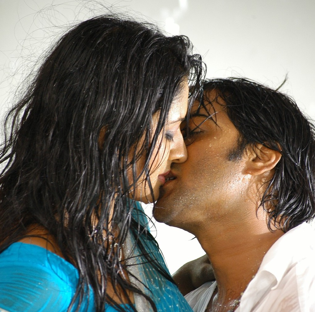 bollywood actress kissing photos