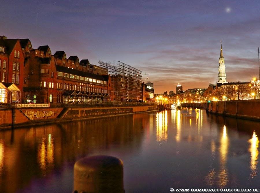 Hamburg Speicherstadt bei Nacht mit Zollkanal und Sankt Katharinen Kirche