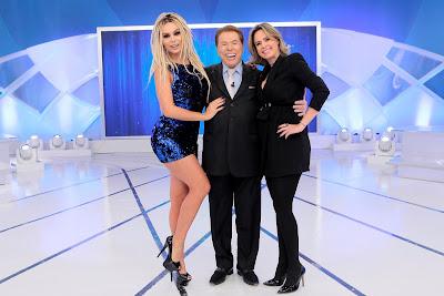 Silvio Santos posa com Mendigata e Ana Paula. Crédito: Lourival Ribeiro/SBT