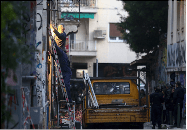 Εξάρχεια: Επιχείρηση της ΕΛ.ΑΣ σε υπό κατάληψη κτίρια -80 προσαγωγές, τι βρήκαν
