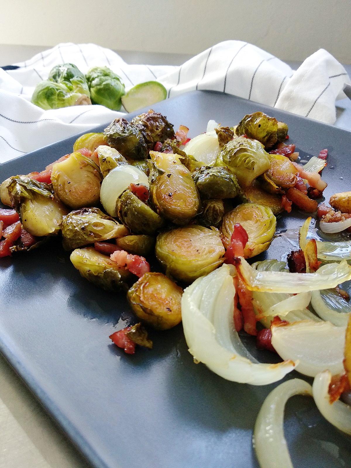 Im Ofen gerösteter Rosenkohl mit knusprigen Kartoffelspalten und Bacon | Herbstrezepte | judetta.de