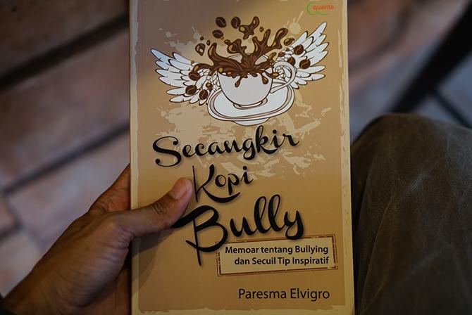 Membaca buku Secangkir Kopi Bully
