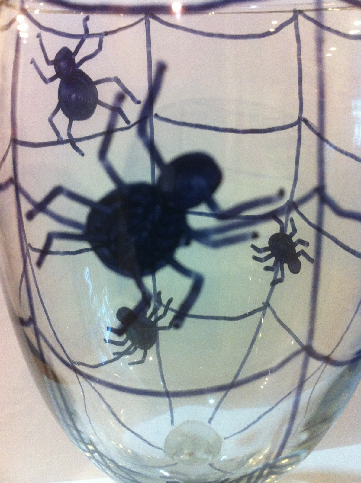 Make your own Halloween glasses and plates to decorate your dinner table. Using this simple & Halloween Spider Glass and Dishes DIY | Everyday Parties