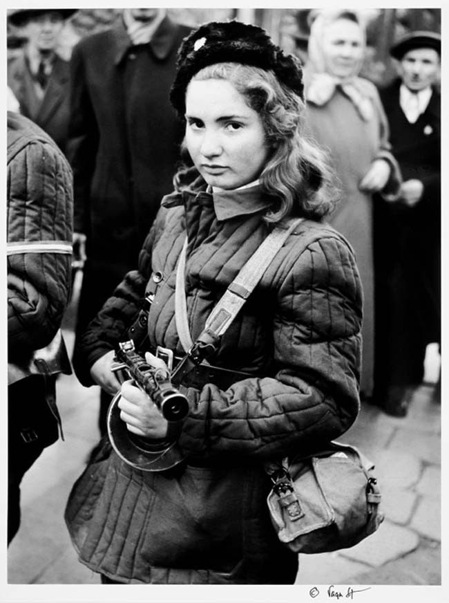 52 photos of women who changed history forever - Erika, a 15-year-old Hungarian fighter who fought for freedom against the Soviet Union. [October 1956]
