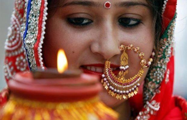 करवा चौथ 2017: जानिए क्या है भारत में करवाचौथ मनाने का महत्तव, कई हैं पौराणिक कथाएं festival karwa chauth 2017 puja vidhi history importance and significance of karva chauth festival in india