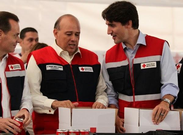 Justin Trudeau ayuda a armar despensas en la Cruz Roja Mexicana para damnificados.