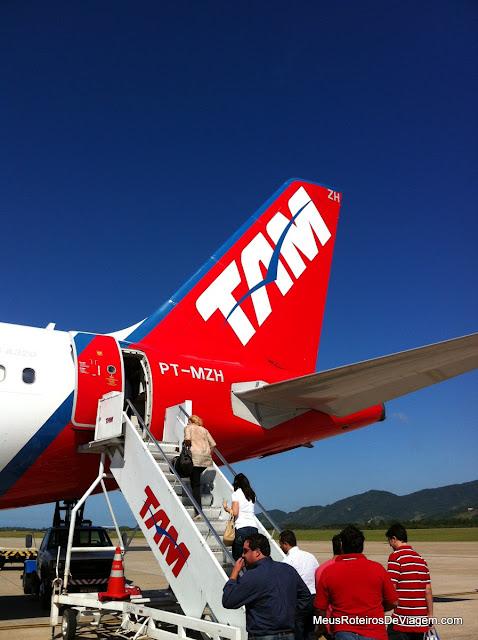 Airbus A320 da TAM no pátio do Aeroporto Hercílio Luz