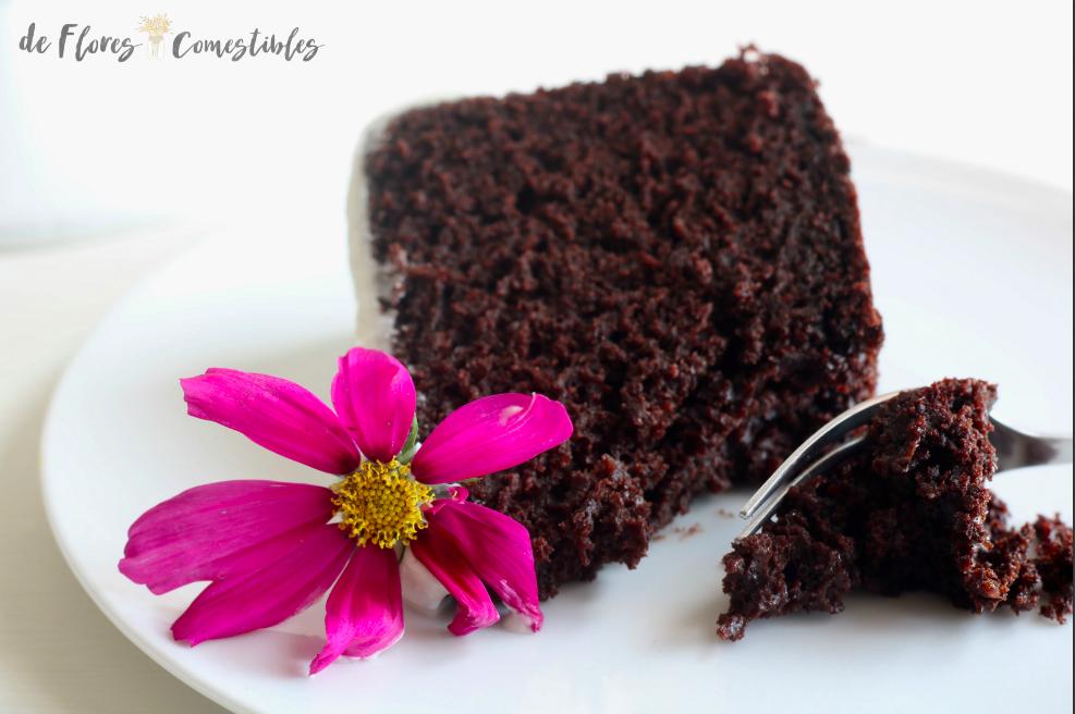 Trozo de bizcocho esponjoso de chocolate sin huevos y con flores