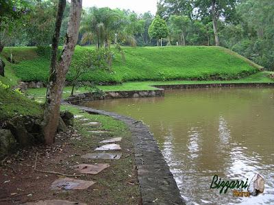 Execução de muro de pedra no lago com a construção do lago, a execução do paisagismo com grama esmeralda e no talude a grama amendoim em sítio em Nazaré Paulista-SP.