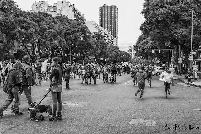 Blanco y Negro. Gente desplazándose en Acto Bicentenario Independencia.