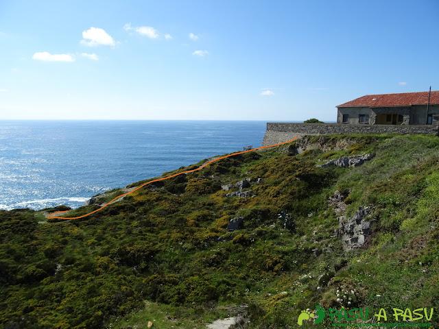 Ruta a la Cueva de la Iglesiona: Inicio del descenso en el Cabo Vidio