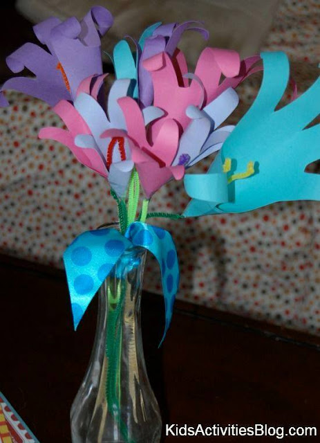 Idea to make flowers from paper handprint for kids 5