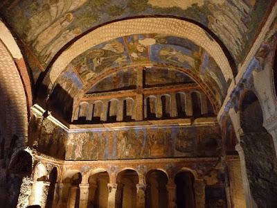 Η εκκλησία της Πόρπης χαρακτηρίζεται   από τις εντυπωσιακές καμάρες της   και τις σπάνιες αγιογραφίες της