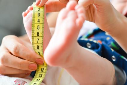 4 sposoby na zmierzenie stópki dziecka